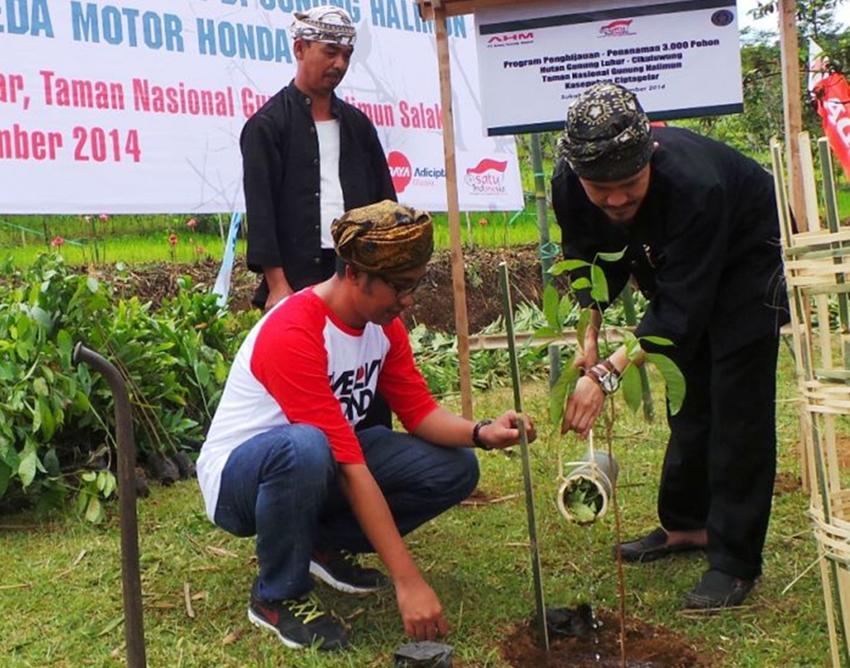 Penanaman 100 Bibit Pohon oleh Astra Honda Motor