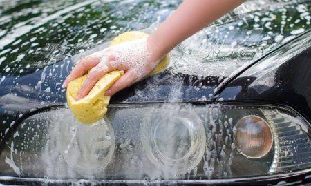 Cuci Mobil dengan Spons