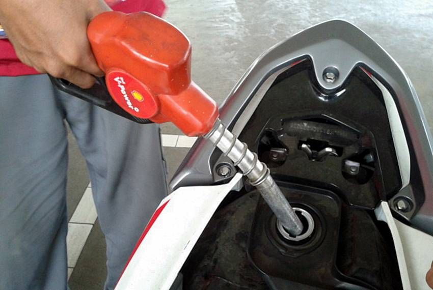 Hasil gambar untuk isi bensin motor injeksi