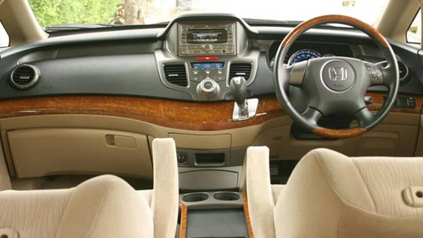 pilihan mobil bekas Mitsubishi Grandis 2008 atau Honda Odyssey 2005