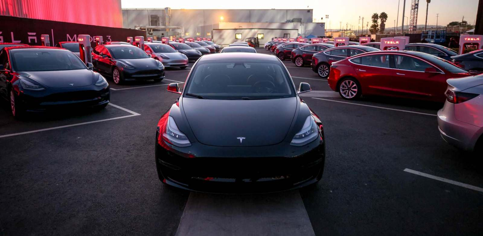 "Tesla Bangun ""Stasiun Charger"" untuk Truk Listrik"