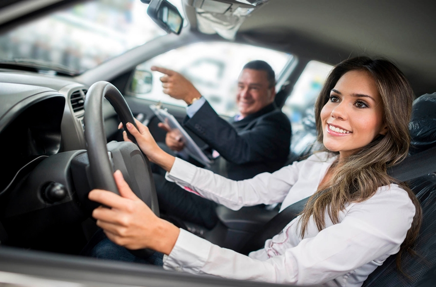 hati hati saat mengemudi mobil