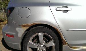 membersihkan karat di mobil