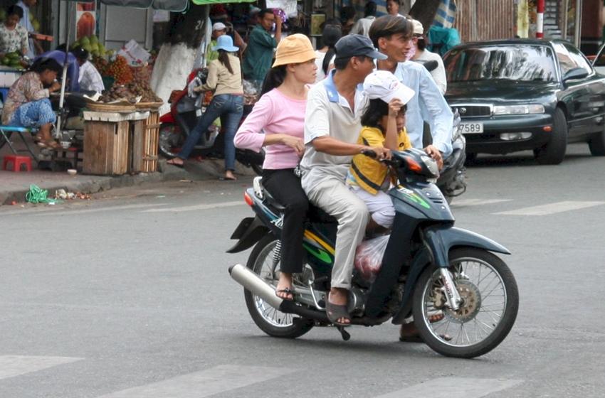 membonceng anak dengan motor
