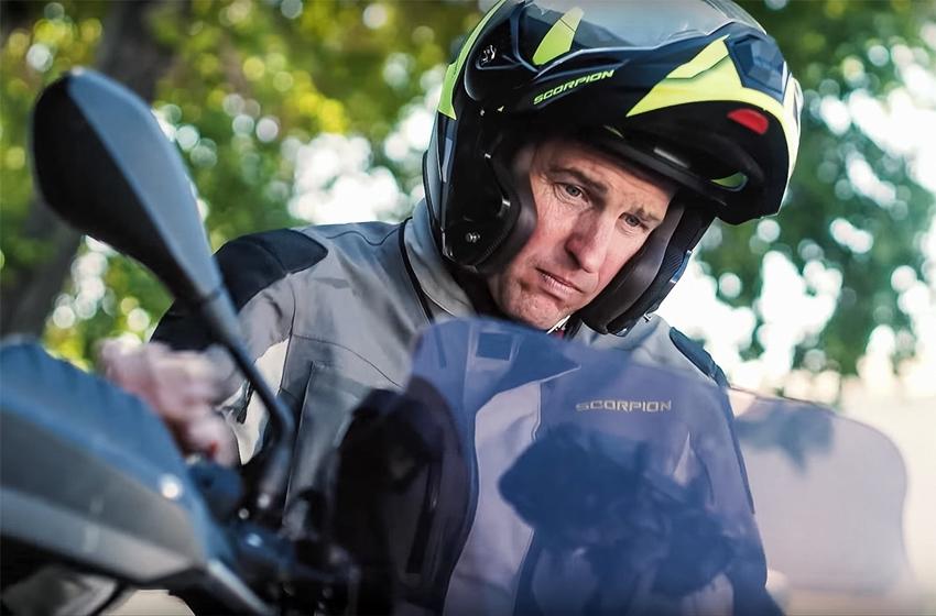 memilih helm terlihat sepele namun sebenarnya sangat penting bagi pengedara