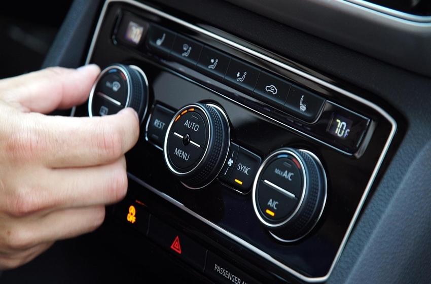 menggunakan AC mobil