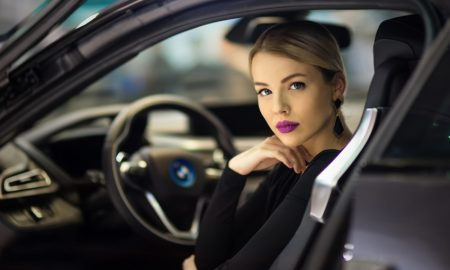 wanita berkendara di jalan