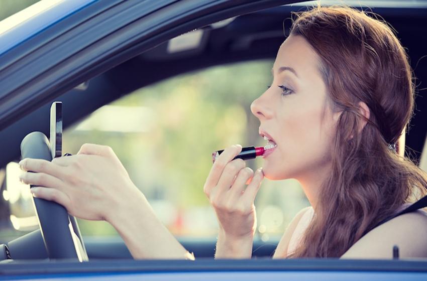 wanita berkendara sambil bermake up sangat berbahaya