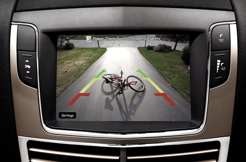 kamera belakang di mobil membantu pengemudi melihat area belakang mobil