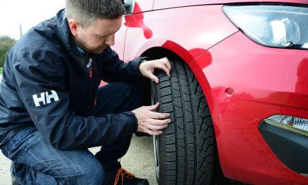 memeriksa tekanan ban mobil