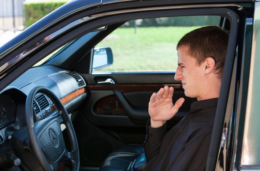 penyebab suhu panas di kabin mobil adalah sinar matahari yang langsung mengenai mobil