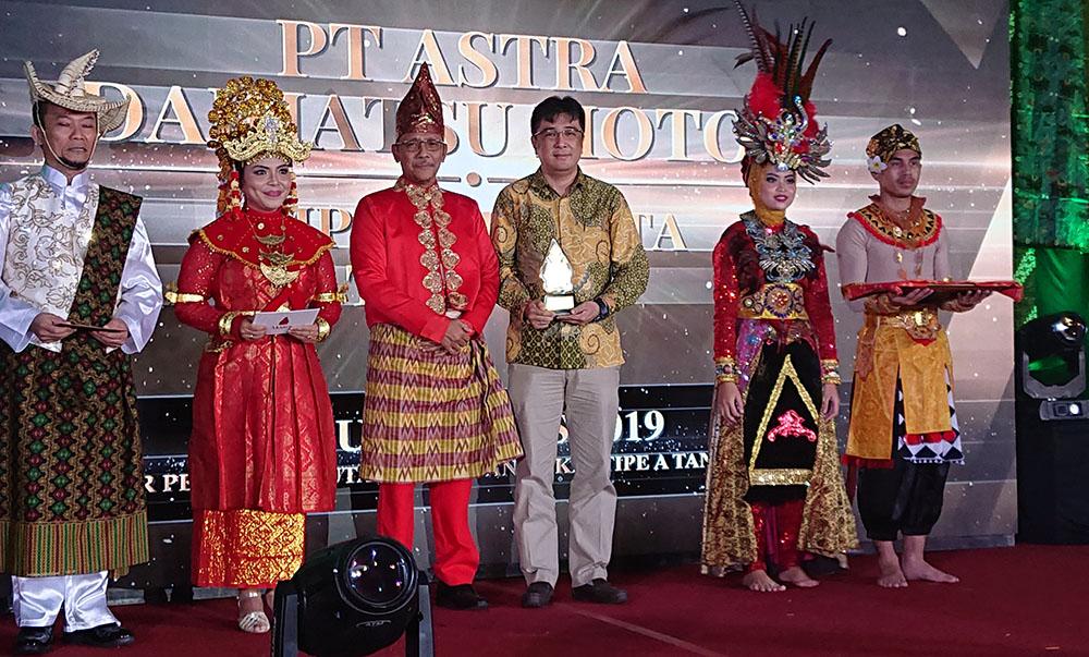 Johan Export – Import Division Head PT Astra Daihatsu Motor Menerima Penghargaan MITA Importir Terbaik dari KPU Bea Cukai Tanjung Priok
