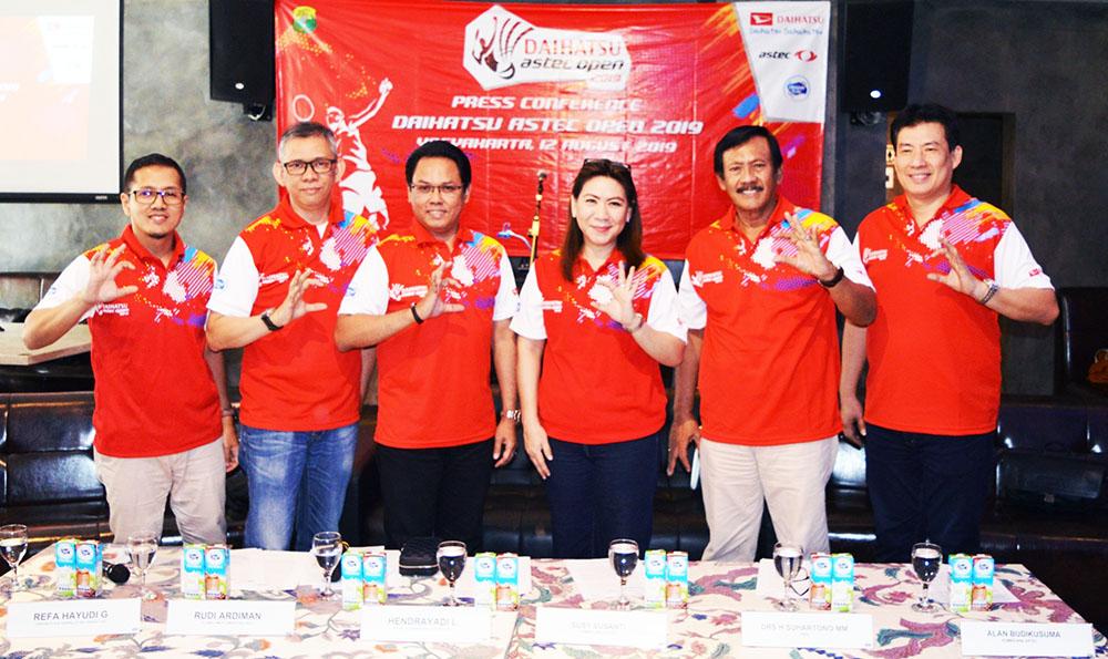 Perwakilan Manajemen Daihatsu, Astec, Frisian Flag, dan PBSI berfoto bersama sambil menunjukkan gesture 'Daihatsu Sahabatku' saat Konferensi Pers di Jogjakarta pada 12 Agustus 2019