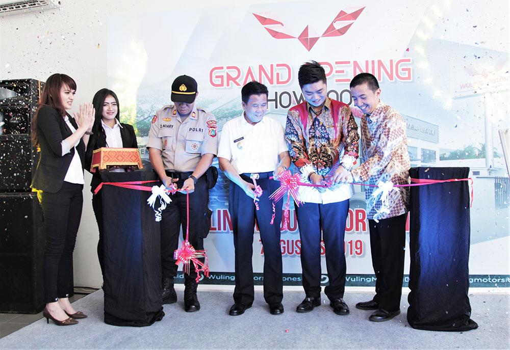 Prosesi-potong-pita-Grand-Opening-Wuling-Maju-Motor-Bangka-oleh-perwakilan-Wuling-Motors-dan-PT-Maju-Global-Motor