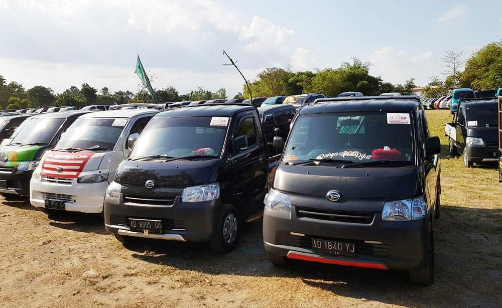 Segala Komunitas Daihatsu dari mobil baru hingga mobil lawas Daihatsu berdatangan di lapangan Brahma, Candi Prambanan