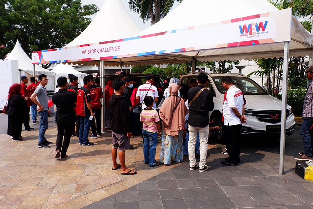 Pengunjung-memadati-area-Pit-Stop-Challange-di-Wuling-Experience-Weekend-Pekanbaru