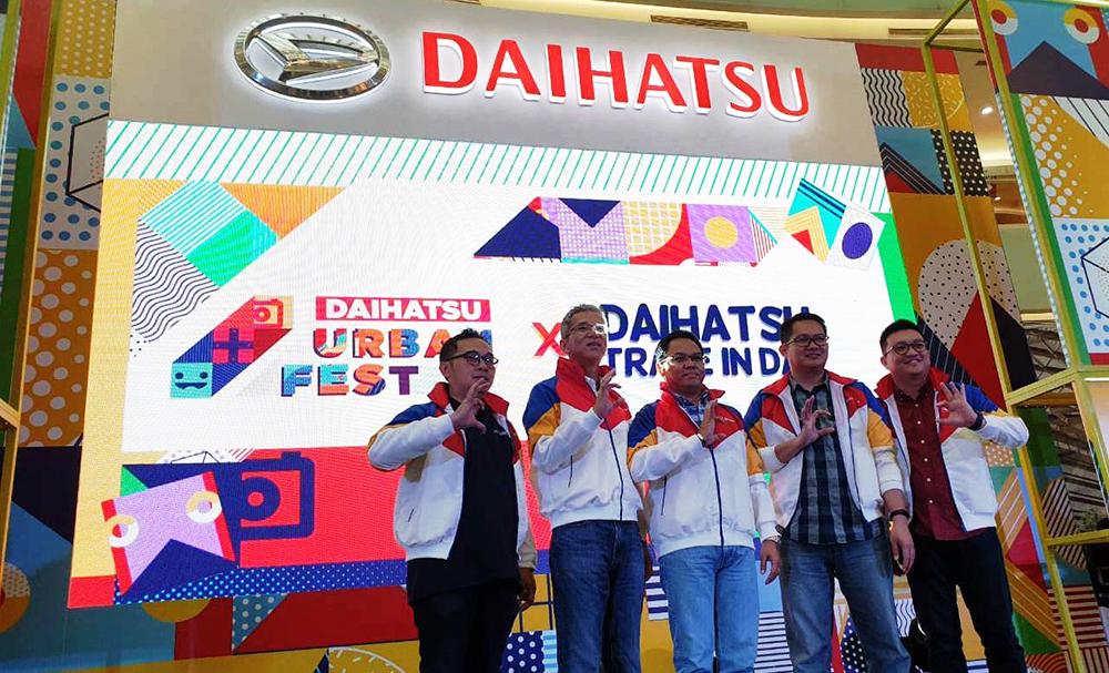 Manajemen Daihatsu berfoto bersama saat pembukaan Daihatsu Urban Fest 2019 di Ciputra Wolrd, Surabaya, Jawa Timur