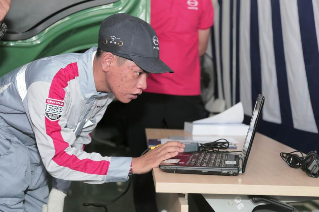 Mekanik menjalankan test DX Tool Diagnosa Hino Engine Common Rail di CS Contest 2019