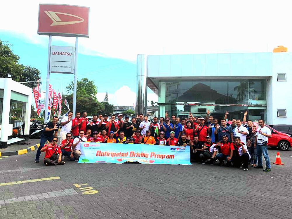 Para Peserta Berkumpul Bersama di Depan Astra Daihatsu Waru