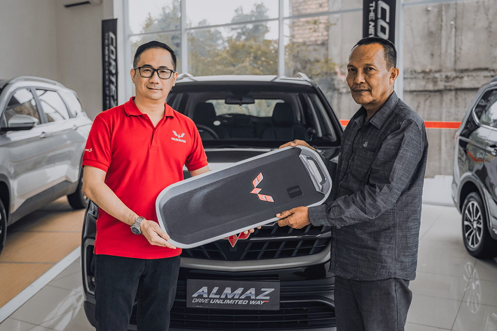 Suherman asal Jambi memenangkan Almaz Smart Enjoy CVT 7-seater dalam program Wuling 'Drive & Win'